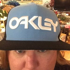 Oakley hat in like new condition blue spell out